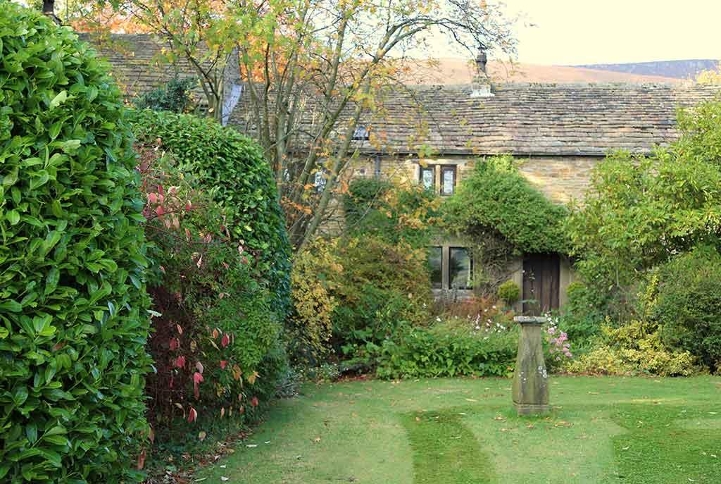 Garden Walk Buffalo Cottage District 5: Holiday Cottages, Edale Valley, Derbyshire, Peak District UK
